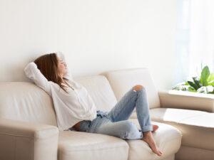 mujer-relajada-cómoda-sala-de-estar-moderna