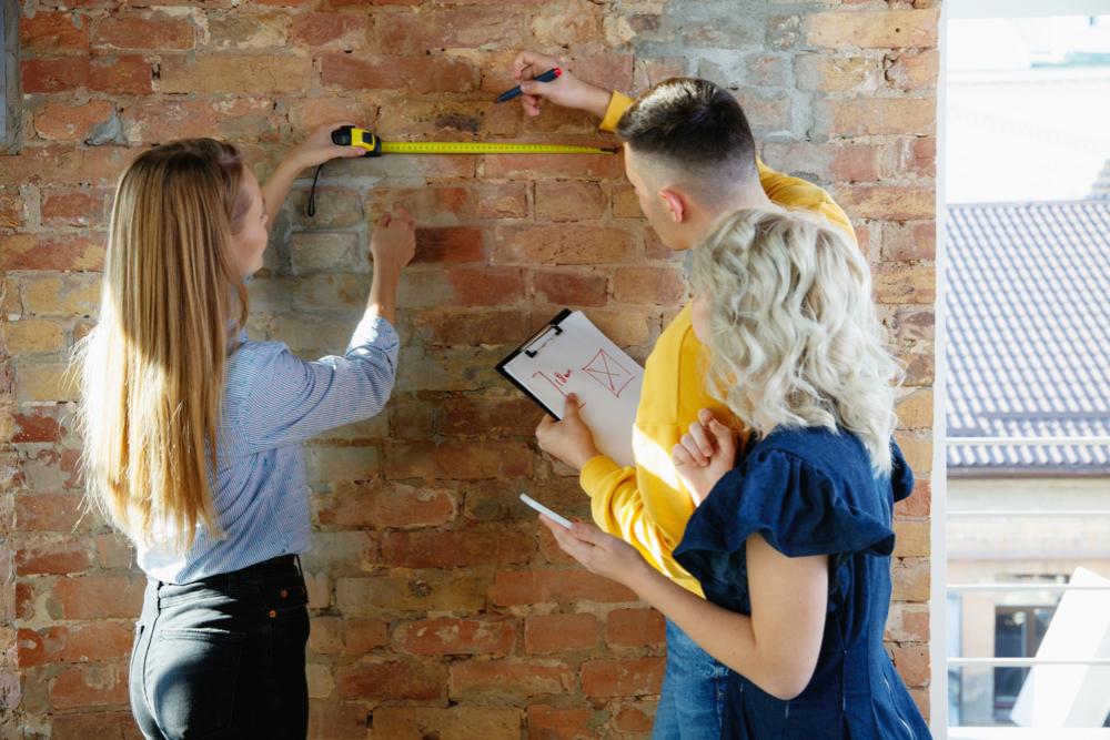 Profesionales-midiendo-un-muro
